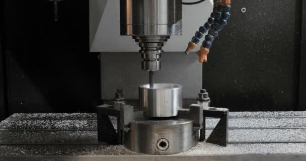 CNC frézka vyrábí kovové detaily na Factory