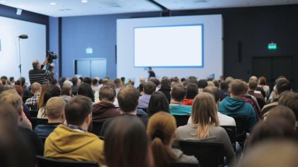 Fotografie Menschen sieht, wie der Sprecher erzählt interessante Rede an Business-Konferenz