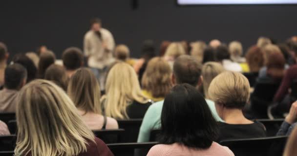 Referent referiert auf Corporate Business Conference beim Publikum im Unternehmen.