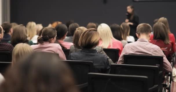 Studentische Wissenschaftskonferenz am Universitätscampus, Referentin spricht Mikrofon.