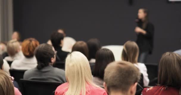 Referentin beim Briefing antwortet auf Frage aus dem Auditorium spricht Mikrofon.