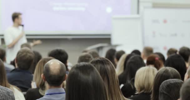 Business-Training für Start-up-Unternehmen vom Unternehmer, Blick aus dem Publikum.