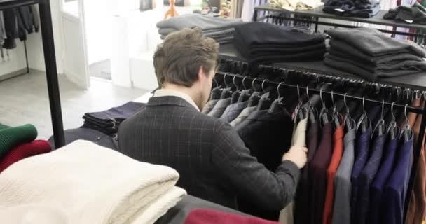 Obchodník nakupování výběr kancelář klasický oblek v oblečení pánské oblečení obchod.