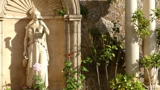 Socha ženy s šálkem. Kostel svatého Bartoloměje stojí na východní straně Placa je lemován ajuntament a Banco de Soller, katalánský architekt Joan Rubio jsem Bellver. Soller, Mallorca, Španělsko