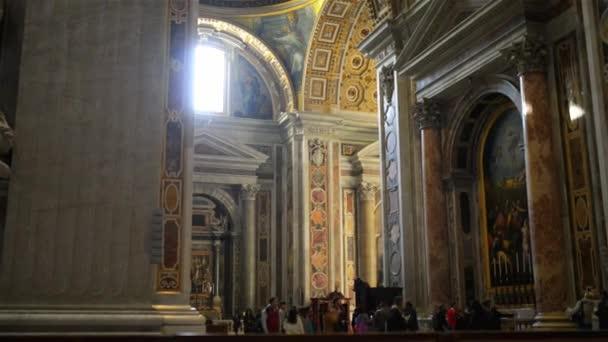 Vatikán - 24 ledna 2015: The papežské baziliky svatého Petra ve Vatikánu, nebo jednoduše St. Peters baziliky, je italský renesanční kostel ve Vatikánu, papežský enklávy ve městě Řím.