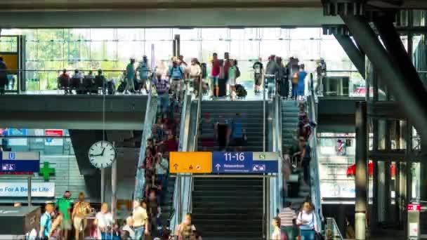 Berlin, Deutschland - 11. September 2016: Zeitraffer des Berliner Hauptbahnhofs ist der Hauptbahnhof in Berlin, Deutschland. Es befindet sich auf dem Gelände des historischen Lehrter Bahnhof.