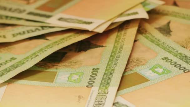 Weißrussische Rubel im Wert von zweihunderttausend Rubel liegen auf Holztisch.