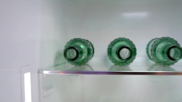 Üres üveg sör a hűtőben egy polc