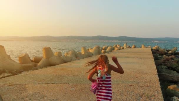 Dvě krásné holčičky procházka v Nesebaru je starobylé město a jeden z hlavních přímořských letovisek na bulharském pobřeží Černého moře, se nachází v provincii Burgas