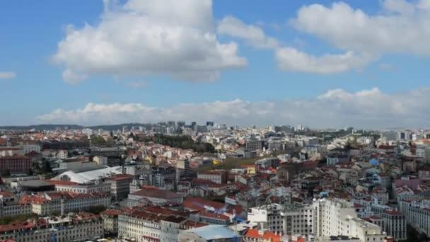 Lissabon-Panorama. Lissabon ist die Hauptstadt Portugals. Es ist Kontinentaleuropas westlichste Hauptstadt. Lissabon liegt auf der westlichen Iberischen Halbinsel am Atlantik und am Tejo.