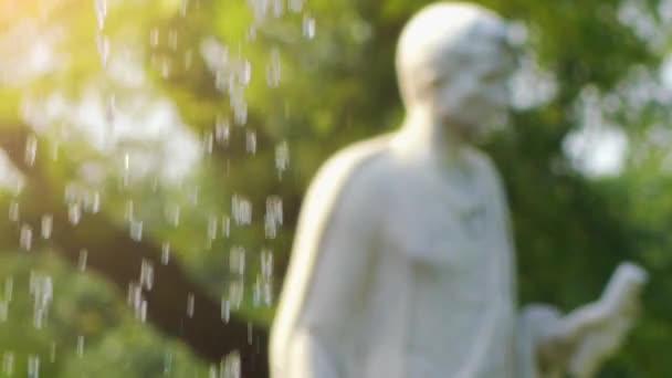 Transferschwerpunkt: Skulptur und Brunnen in der Nähe von Schloss Charlottenhof ist ehemaliges königliches Schloss südwestlich von Schloss Sanssouci im Park bei Potsdam, Deutschland.
