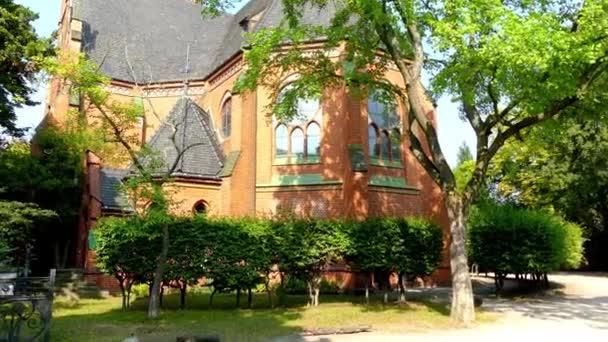 Kostel Spasitele s krásnou fasádou. Ulice Nansenstrasse v Postupimi, Německo. Postupim je v německé spolkové zemi Braniborsko, na řece Havel