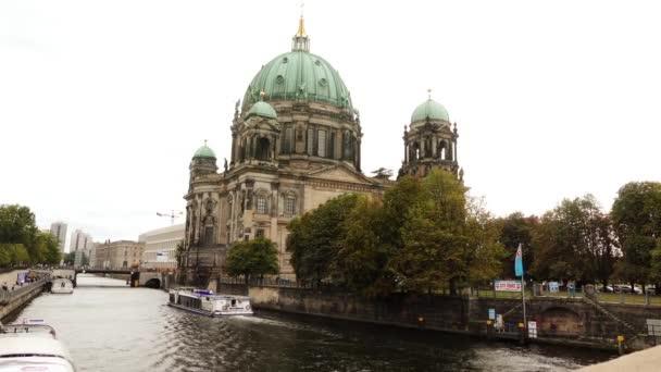 berliner dom ist die Kurzbezeichnung für die evangelische oberpfarrei und stiftskirche in berlin, deutschland. Es befindet sich auf der Museumsinsel im Stadtteil Mitte.