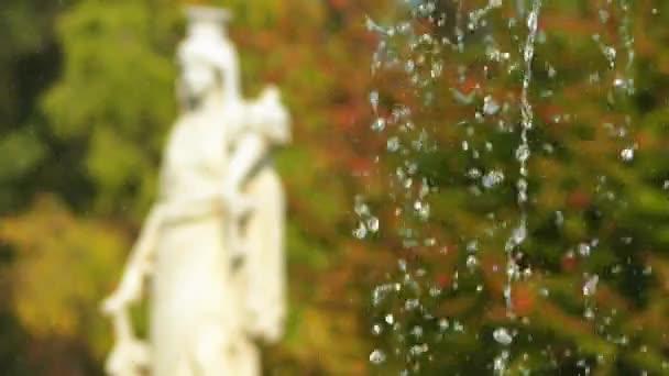 Přenést fokus: socha a kašna poblíž Charlottenhofu Palace (Manor) je bývalý královský palác se nachází jihozápadně od zámku Sanssouci v parku v Postupimi, Německo.