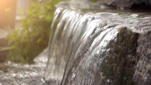Kis vízesés között kő sziklák festői területen.