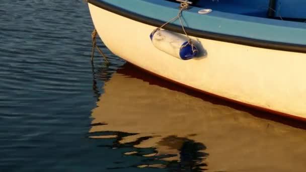 Součástí člunu s odrazem ve vodě Černého moře