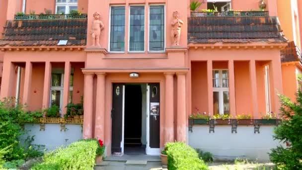 Starý dům s krásnou fasádou. Ulice Nansenstrasse 10 v Postupimi, Německo. Postupim je v německé spolkové zemi Braniborsko, na řece Havel