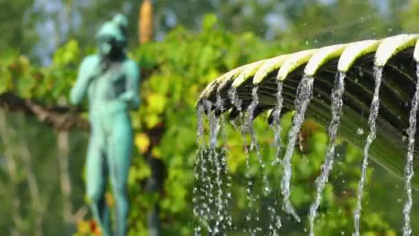 Skulptur und Brunnen in der Nähe von Schloss Charlottenhof ist ein ehemaliges königliches Schloss südwestlich von Schloss Sanssouci im Park bei Potsdam, Deutschland.