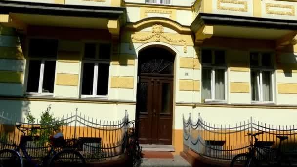 Starý dům s krásnou fasádou. Pouliční Feuerbachstrasse 22 v Postupimi, Německo. Postupim je v německé spolkové zemi Braniborsko, na řece Havel.
