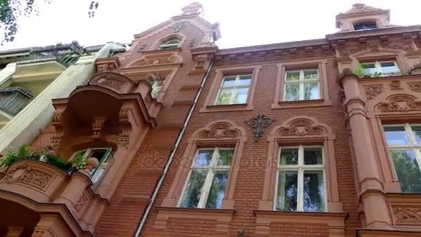 Starý dům s krásnou fasádou. Pouliční Feuerbachstrasse 29 v Postupimi, Německo. Postupim je v německé spolkové zemi Braniborsko, na řece Havel
