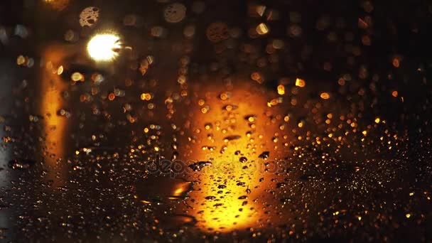 Silný déšť vylévá na večerní ulice velkoměsta. Zobrazit prostřednictvím mokré čelní sklo automobilu na silnici