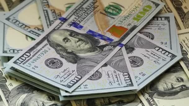 Americký dolar (americký dolar) je oficiální měna Spojených států a jeho ostrovní území. Cirkulující papírové peníze se skládá z Federální rezervní systém poznámek