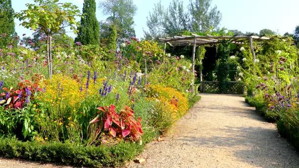 Giardino di fiore nel parco di Sanssouci è ampio parco che circonda ...