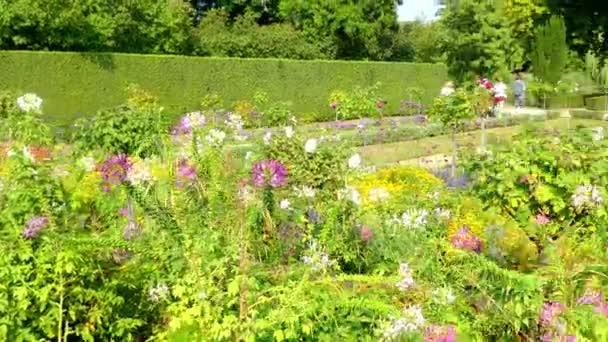 Blumengarten im Park Sanssouci ist ein großer Park rund um das Schloss Sanssouci in Potsdam. nach der Terrassierung des Weinbergs und der Fertigstellung des Palastes wurde die Umgebung in die Struktur einbezogen.
