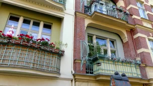 Starý dům s krásnou fasádou. Ulice Meistersingerstrasse v Postupimi, Německo. Postupim je v německé spolkové zemi Braniborsko, na řece Havel