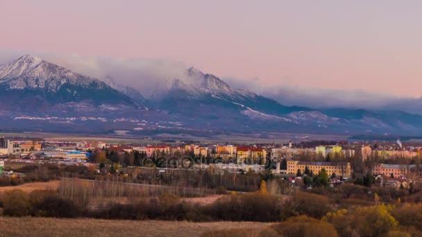 Pohled na Vysoké Tatry a město Poprad na Slovensku. Tatrách, Tatry nebo Tatra, jsou pohoří, který tvoří přirozenou hranici mezi Slovenskem a Polskem