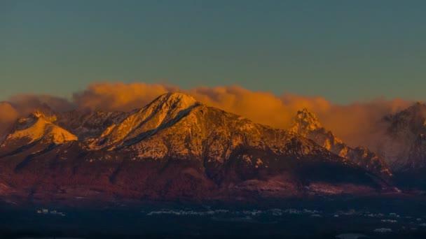 Pohled na Vysoké Tatry na Slovensku. Tatrách, Tatry nebo Tatra, jsou pohoří, který tvoří přirozenou hranici mezi Slovenskem a Polskem.