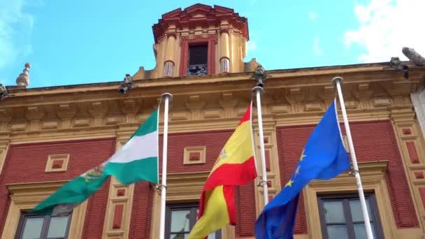 Vlajka 0f Španělsko. Celkový pohled na palác San Telmo, v roce 2010 po rekonstrukci architekta Guillermo Vazquez Consuegra. Sevilla je hlavním a největším městem autonomního společenství Andalusie, Španělsko