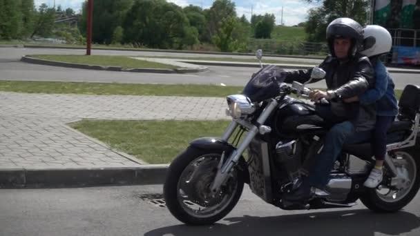 Brest, Bělorusko - 27 května 2017: Brest Bike Festival International. Hosté na koni na motocykly.
