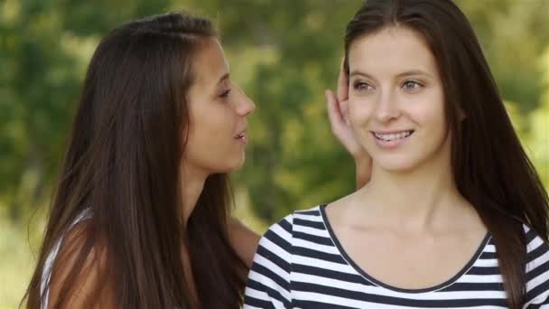 dvě krásná mladá žena dlouhé tmavé vlasy šeptání tajemství