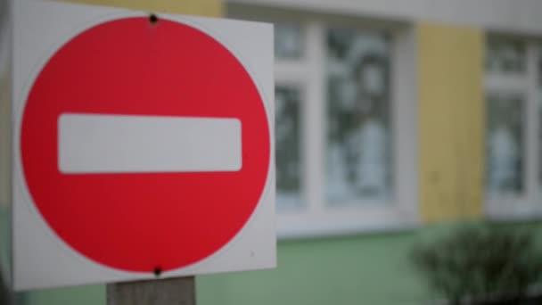 Fehér tégla piros kör - passage jele tilos a háttérben a karácsonyi díszek ablak.