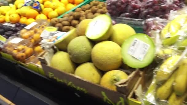 Braga, Portugalsko - 13 duben 2017: Ovoce a zelenina v hypermarketu město Braga, Portugalsko