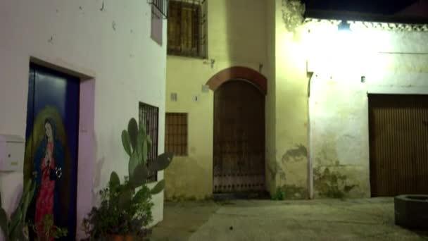 Staré domy na temný večer v Córdobě, Andalusie, Španělsko