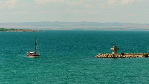 touristischen Schiff umgeht Leuchtturm in der Nähe von Hafen von Sozopol, Bulgarien am Schwarzen Meer