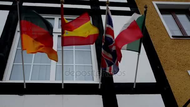 vlajky Evropské unie, Německo, Španělsko, Británie a Španělska na fasádě domu