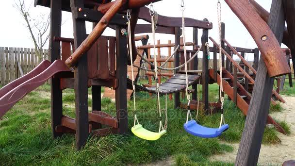 Kinderspielplatz mit Schaukeln im Herbst Stadtpark.