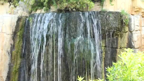nejrychlejší vodopád padá z kamenné útesy v létě národním parku