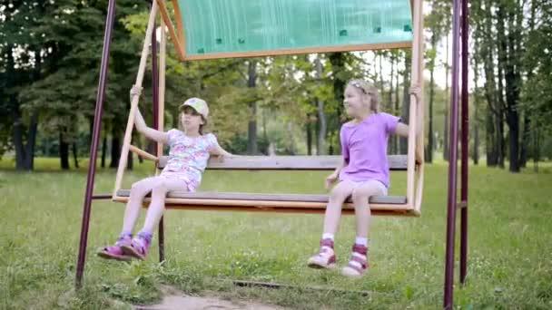 Dos Hermosas Ninas Jugar En El Gran Columpio En El Parque De La