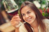 junges Mädchen mit einem Glas