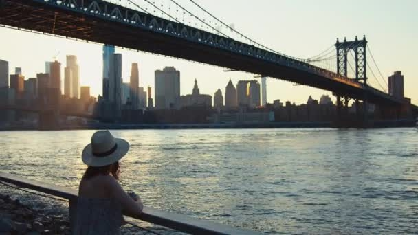junge Frau auf der Brücke in New York bei Sonnenuntergang