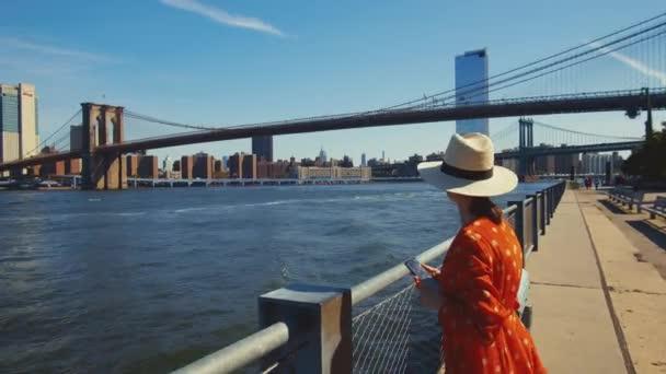 Mladá dívka s telefonem na vyhlídce v New Yorku