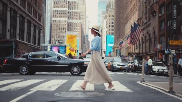 Mladý turista přechází křižovatku na Manhattanu v New Yorku