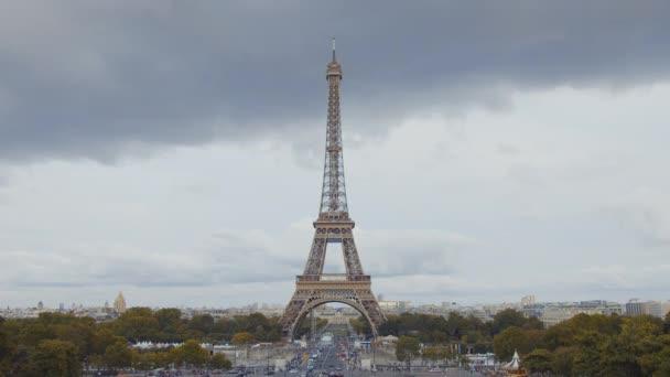 Eiffelova věž v Paříži v létě, Francie