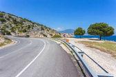strada asfaltata lungo la costa di mare