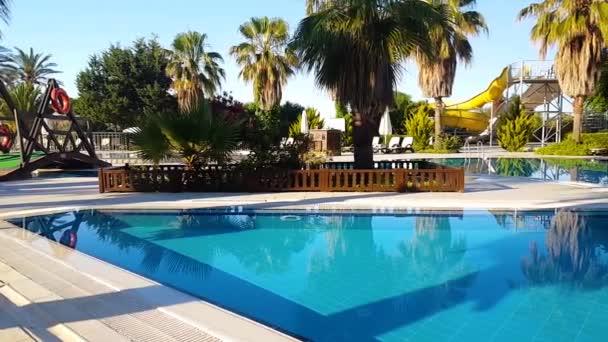 tropischer Hotelhof im Sommer