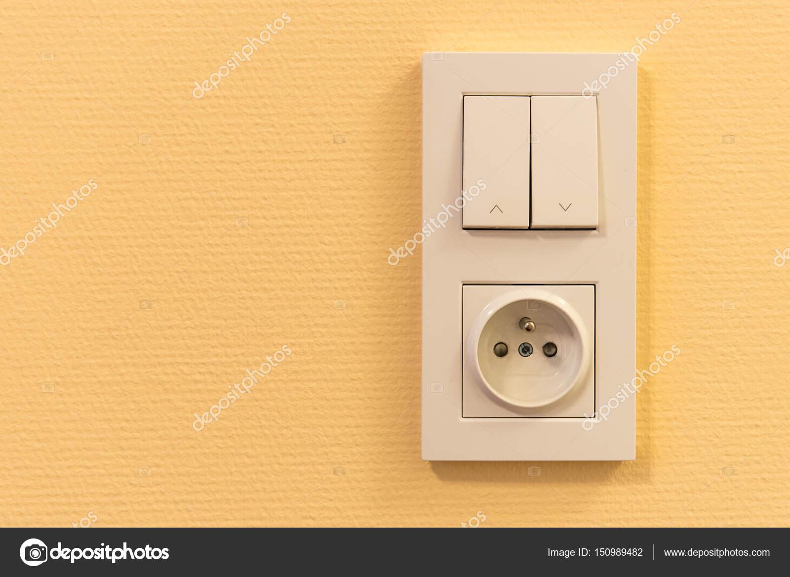 Lichtschalter und Steckdose im Rahmen an der Wand — Stockfoto ...